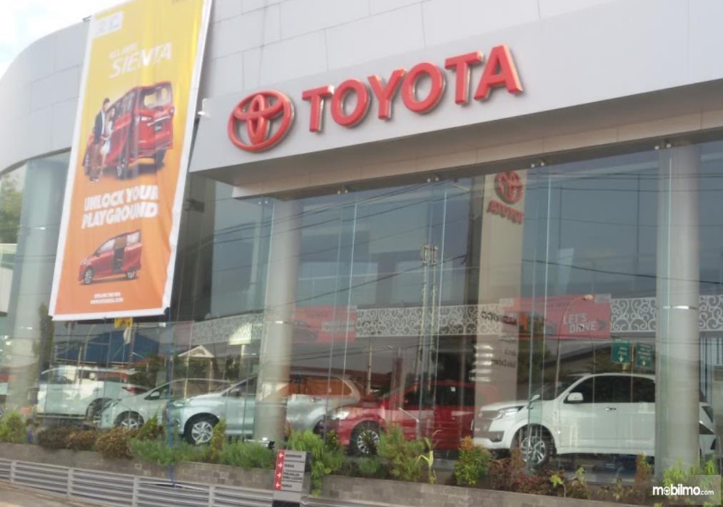 Gambar ini menunjukkan diler mobil Toyota