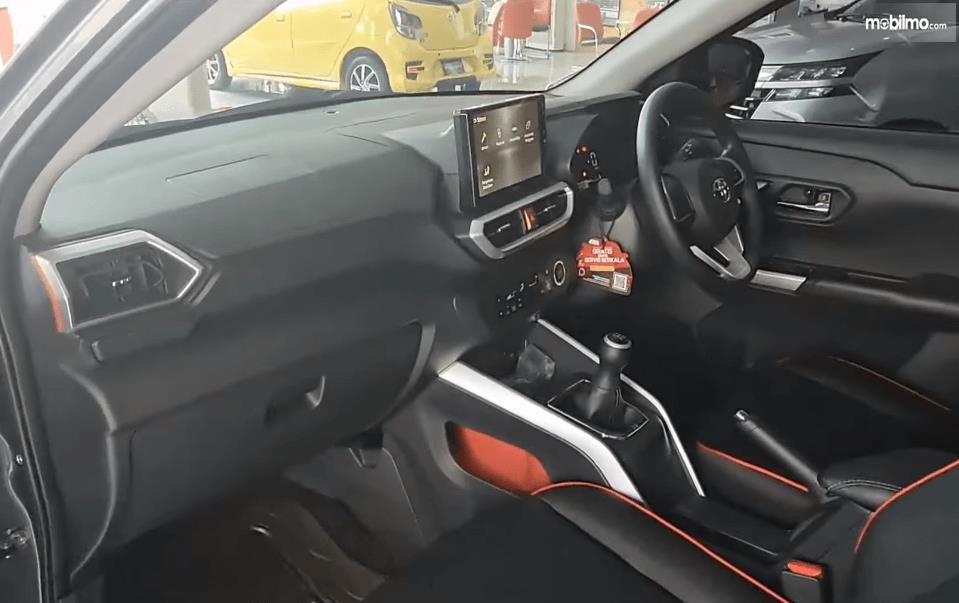 Gambar ini menunjukkan dashboard dan kemudi mobil Toyota Raize G 1.0T M/T One Tone 2021