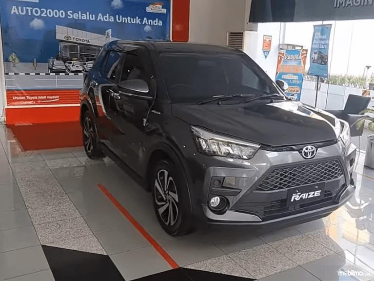 Gambar ini menunjukkan sisi kanan dan depan Toyota Raize G 1.0T M/T One Tone 2021