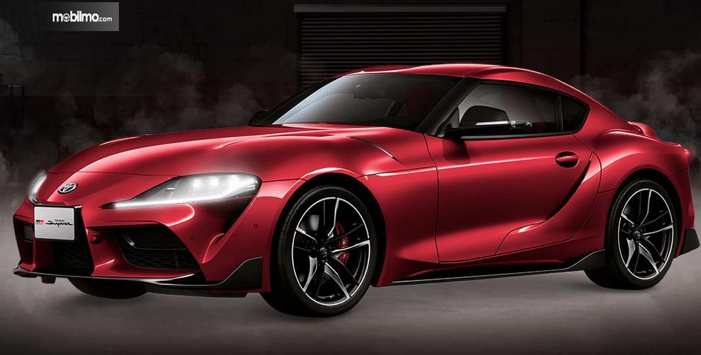 Gambar ini menunjukkan mobil Toyota GR Supra merah