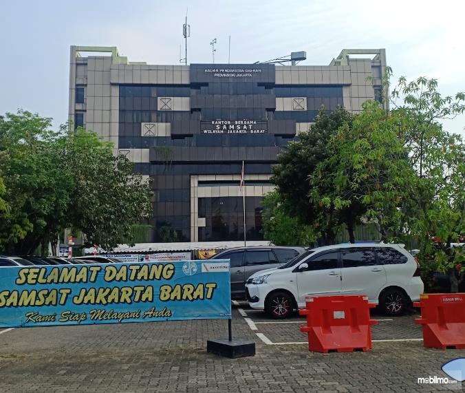 Gambar ini menunjukkan banyak mobil di Samsat Jakarta Barat di Jalan Daan Mogot
