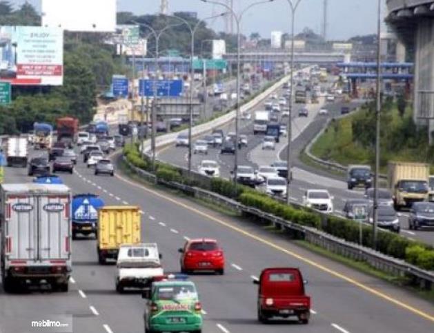 Gambar ini menunjukkan banyak mobil di jalanan