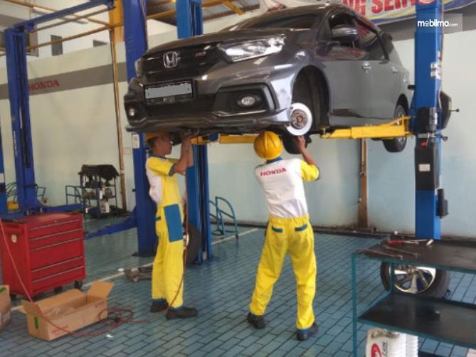 Gambar ini menunjukkan bengkel resmi mobil Honda