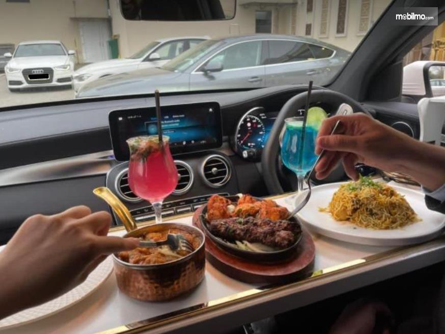 Gambar ini menunjukkan beberapa macam makanan di mobil