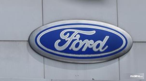 Gambar ini menunjukkan logo Ford dengan background warna biru