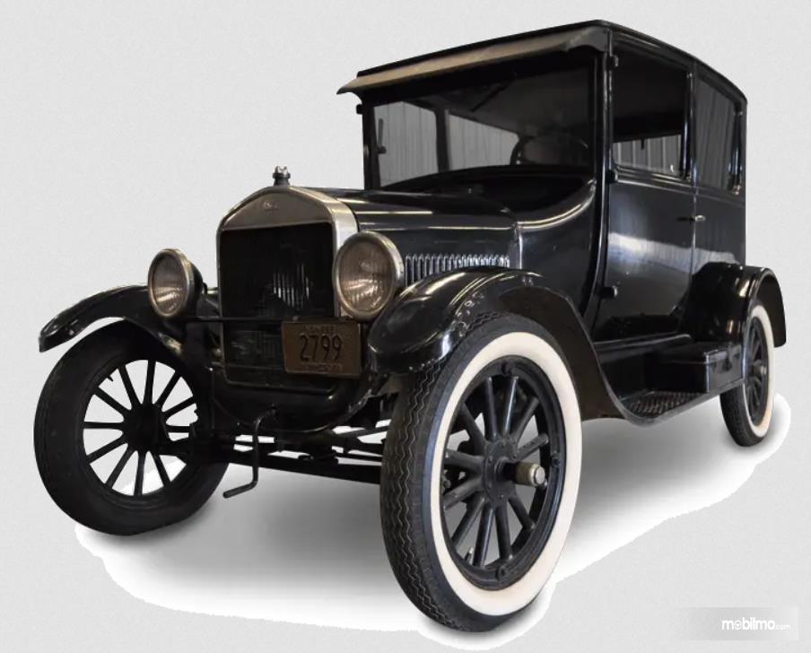 Gambar ini menunjukkan Ford Model T tampilan mobil yang melegenda