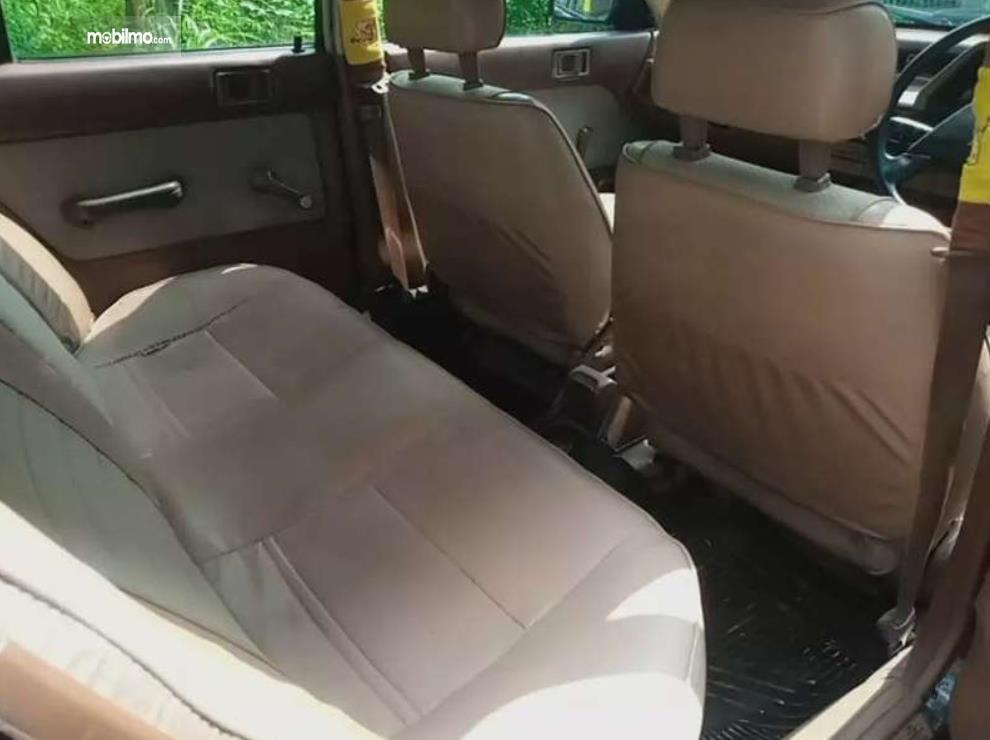 Gambar ini menunjukkan kabin belakang Honda Civic Wonder 1984 Sedan