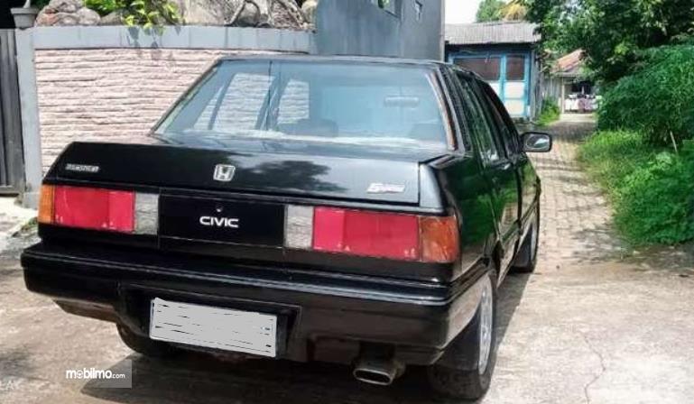 Gambar ini menunjukkan bagian belakang Honda Civic Wonder 1984 Sedan