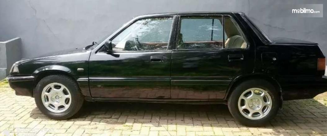 Gambar ini menunjukkan bagian samping Honda Civic Wonder 1984 Sedan
