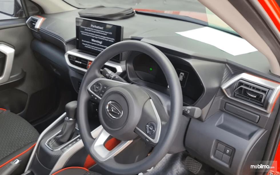 Gambar ini menunjukkan dashboard dan kemudi mobil Daihatsu Rocky 1.0 R TC ADS 2021