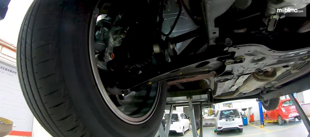 Gambar ini menunjukkan sasis mobil Daihatsu Rocky