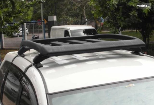 Gambar ini menunjukkan roof rack pada mobil warna putih