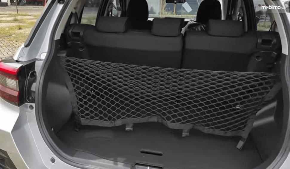 Gambar ini menunjukkan bagian bagasi belakang Daihatsu Rocky 1.2 X ADS CVT 2021