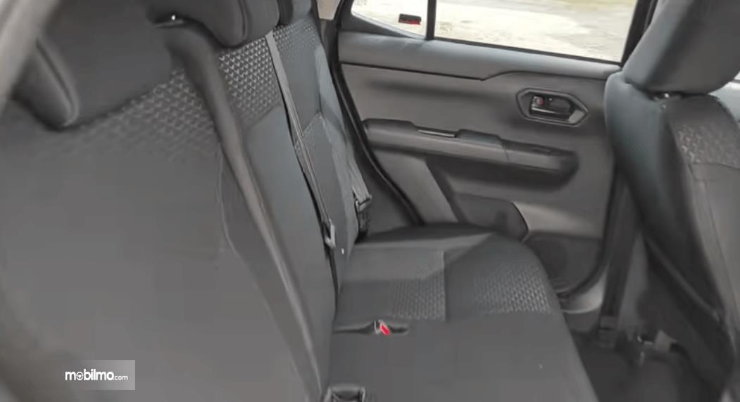 Gambar ini menunjukkan jok belakang Daihatsu Rocky 1.2 X ADS CVT 2021