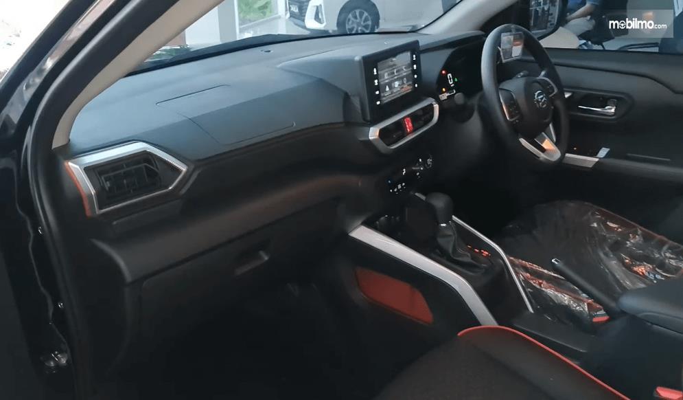 Gambar ini menunjukkan kabin depan mobil Daihatsu Rocky 1.2 X ADS CVT 2021