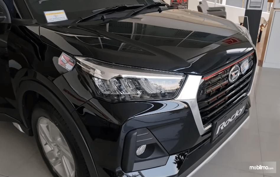 Gambar ini menunjukkan bagian depan mobil Daihatsu Rocky 1.2 X ADS CVT 2021