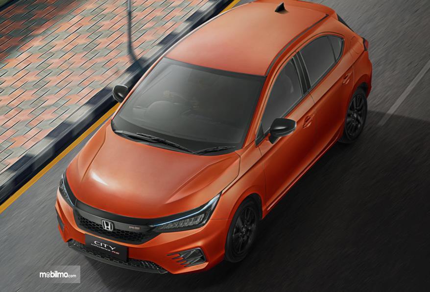 Gambar ini menunjukkan mobil Honda City Hatchback merah