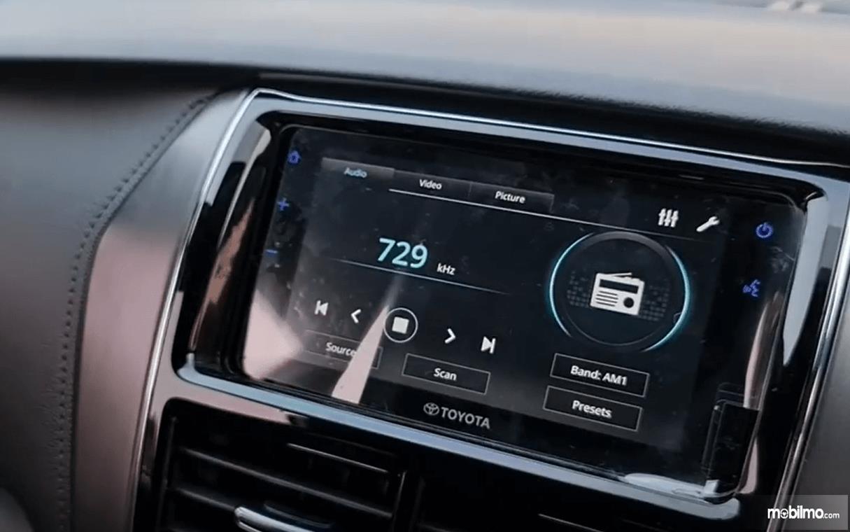 Gambar ini menunjukkan head unit Toyota Yaris TRD Sportivo CVT 2020