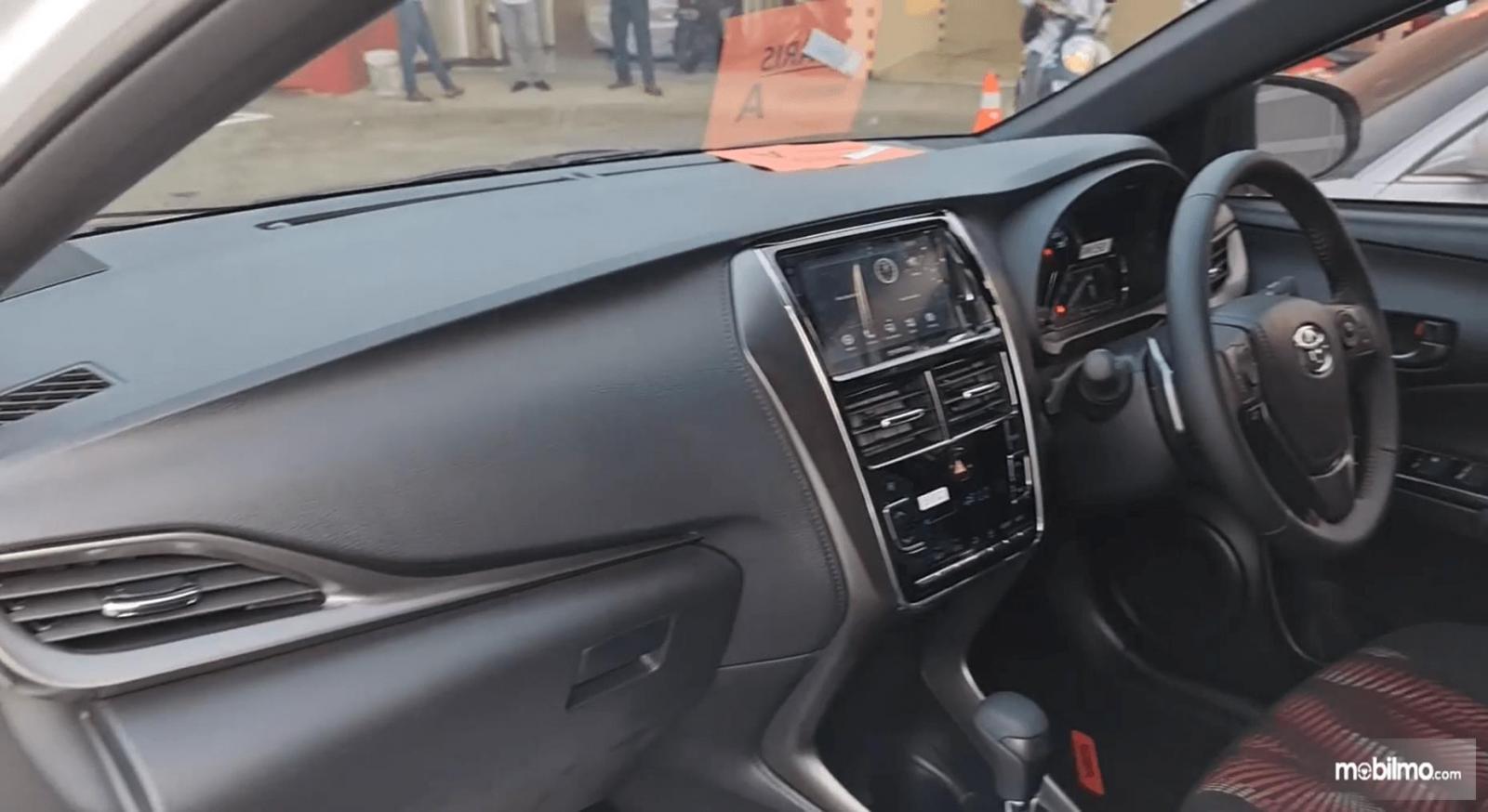 Gambar ini menunjukkan kabin depan Toyota Yaris TRD Sportivo CVT 2020