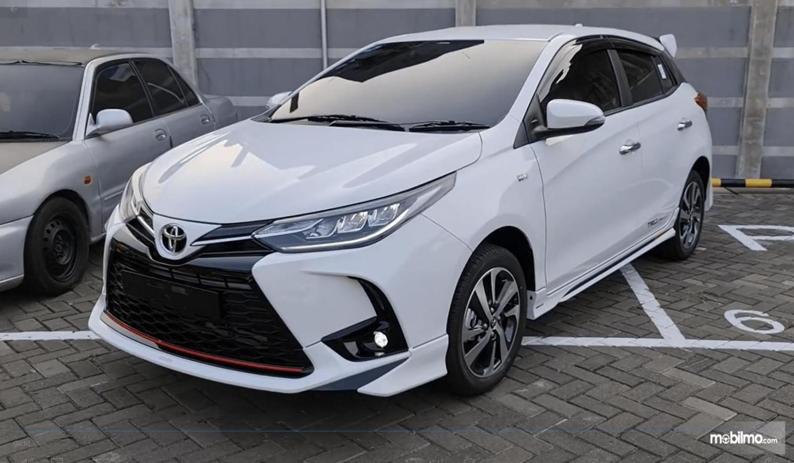 Gambar ini menunjukkan sisi samping mobil Toyota Yaris TRD Sportivo CVT 2020
