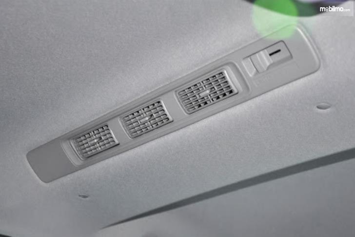Gambar ini menunjukkan blower AC pada atas kabin mobil baris kedua