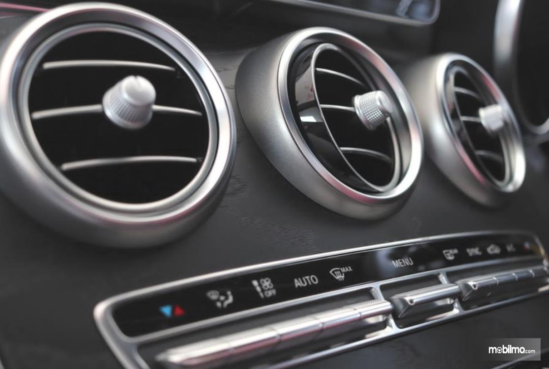 Gambar ini menunjukkan kisi-kisi AC mobil model bulat