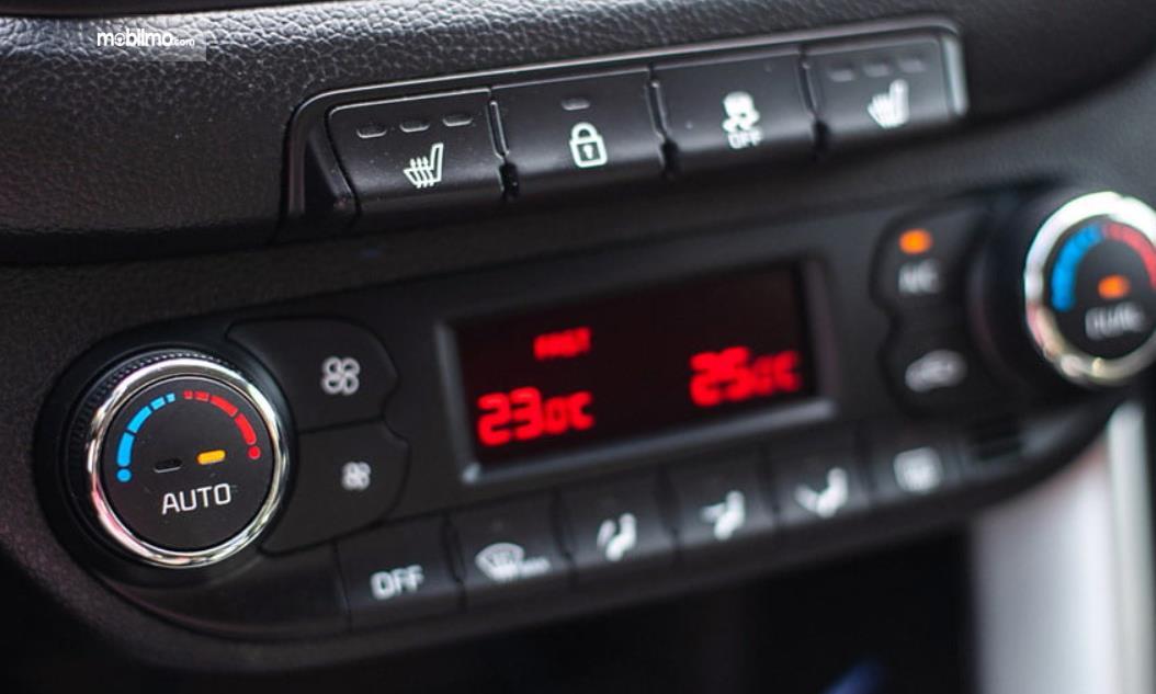 Gambar ini menunjukkan pengaturan AC mobil