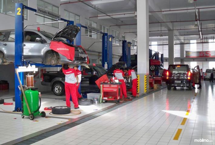 Gambar ini menunjukkan bengkel resmi Nissan