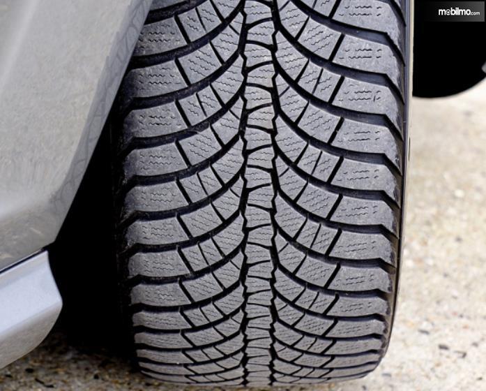 Gambar ini menunjukkan pola permukaan ban mobil