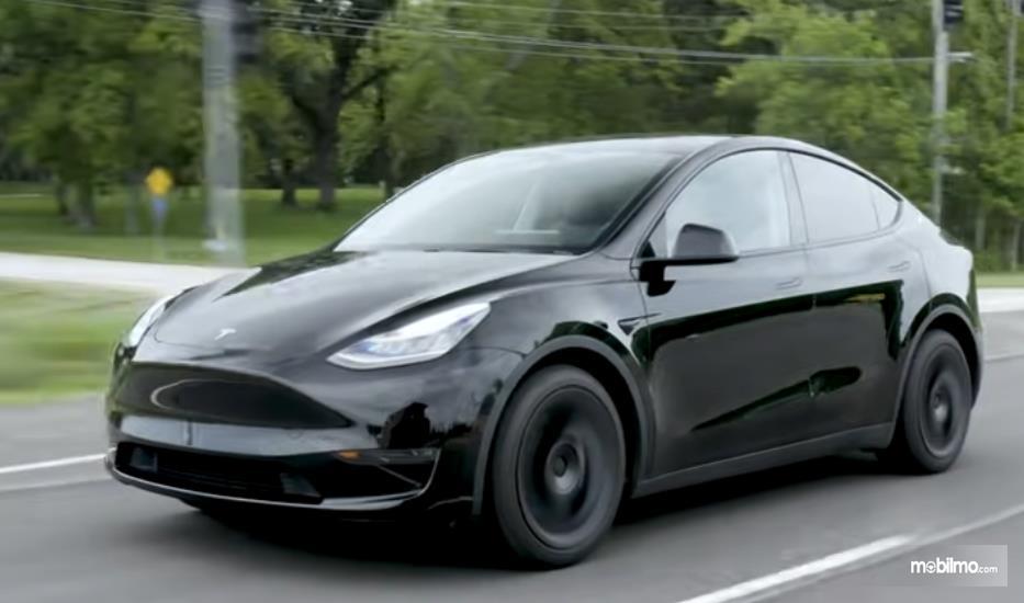 Gambar ini menunjukkan mobil Tesla Model Y tampak depan