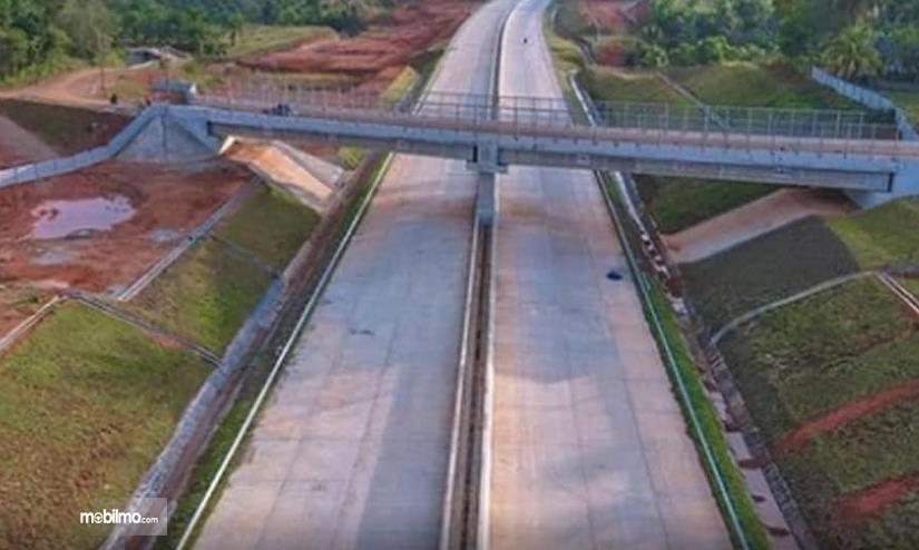 Gambar ini menunjukkan salah satu jalur dengan jembatan di Jalan Tol Lubuk Linggau - Curup - Bengkulu