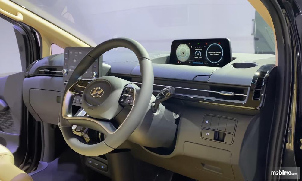 Gambar ini menunjukkan dashboard mobil Hyundai Staria