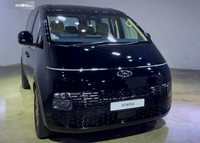 Gambar ini menunjukkan mobil Hyundai Staria tampak depan