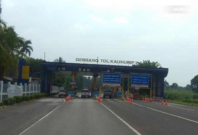 Gambar ini menunjukkan gerbang Tol kalihurip