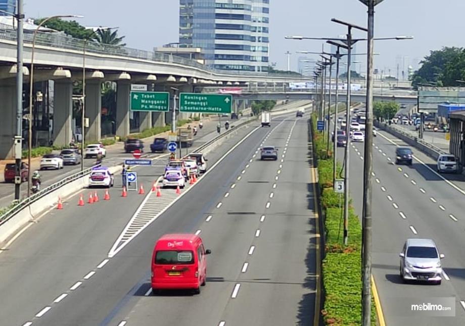 Gambar ini menunjukkan jalan tol yang dikelola Jasa Marga