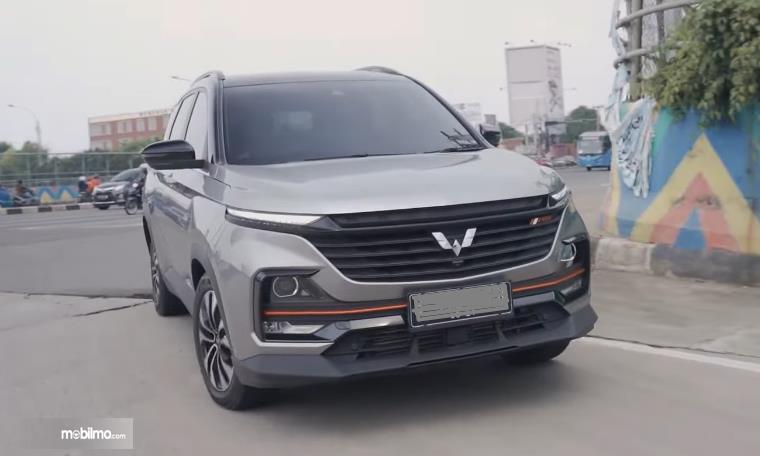 Gambar ini menunjukkan mobil Wuling Almaz RS tampak depan