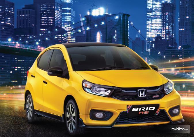 Gambar ini menunjukkan Mobil Honda Brio RS kuning