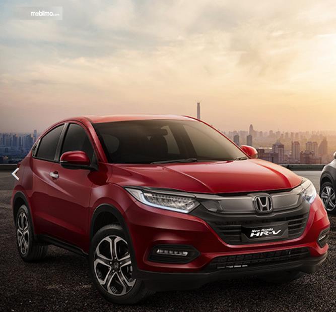 gambar ini menunjukkan tampilan depan dan sisi kanan Mobil Honda HR-V