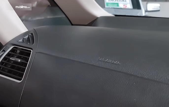 gambar ini menunjukkan airbags penumpang depan mobil Nissan Serena Highway Star 2013