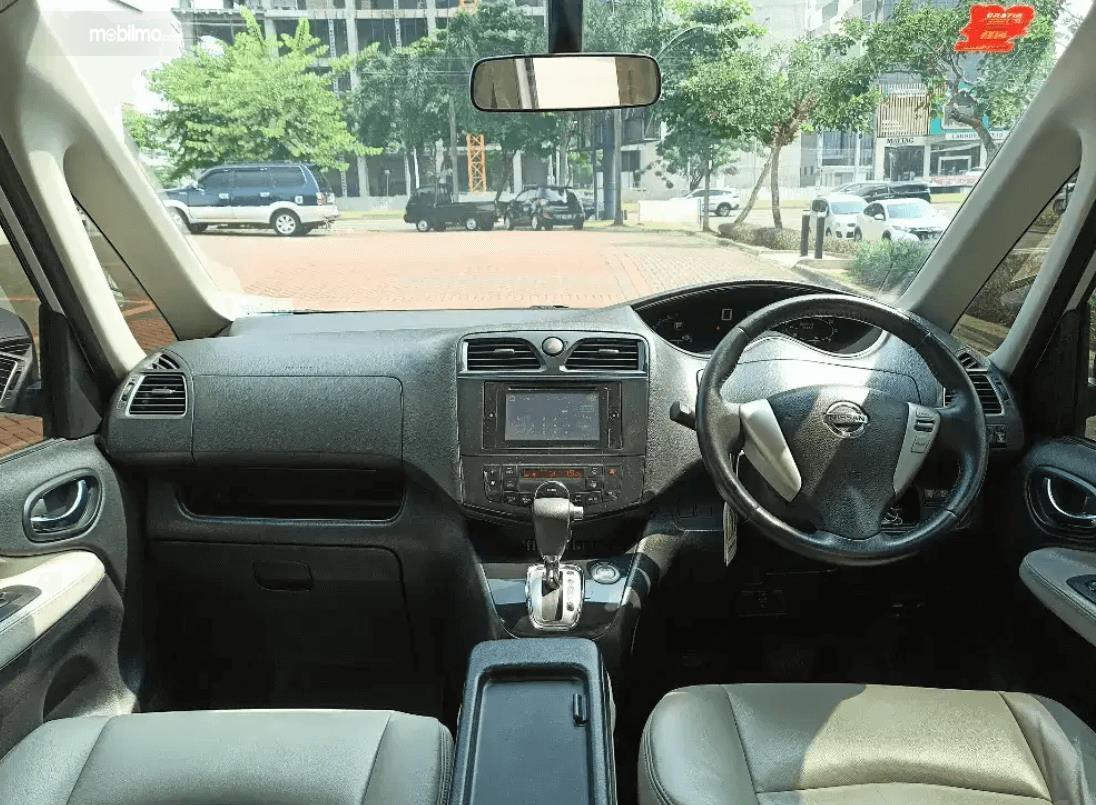 Gambar ini menunjukkan dashboard dan kemudi mobil Nissan Serena Highway Star 2013