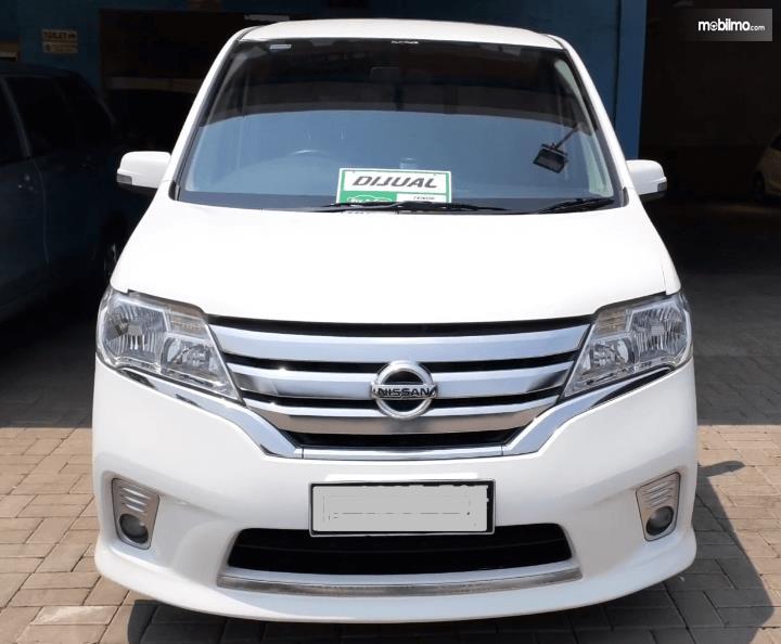 Gambar ini menunjukkan bagian depan mobil Nissan Serena Highway Star 2013