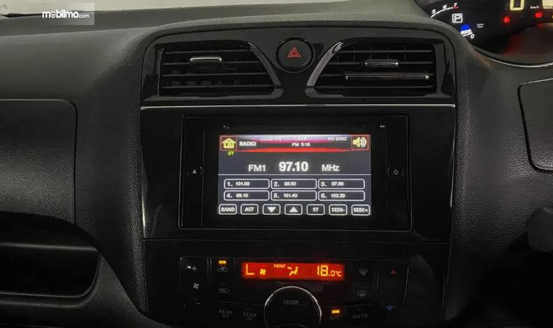 Gambar ini menunjukkan head unit Nissan Serena Highway Star 2013