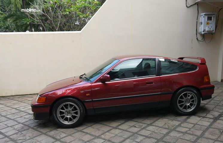 Gambar ini menunjukkan Mobil Honda CRX 1990 milik Gofar Hilman sebelum ganti velg tampak samping
