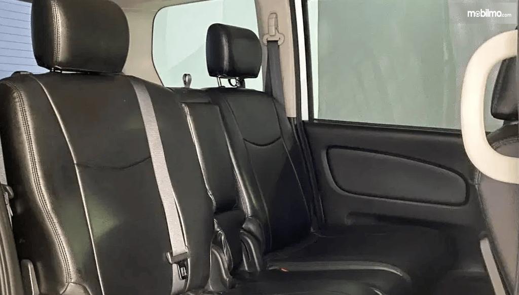 Gambar ini menunjukkan jok mobil Nissan Serena Highway Star 2013