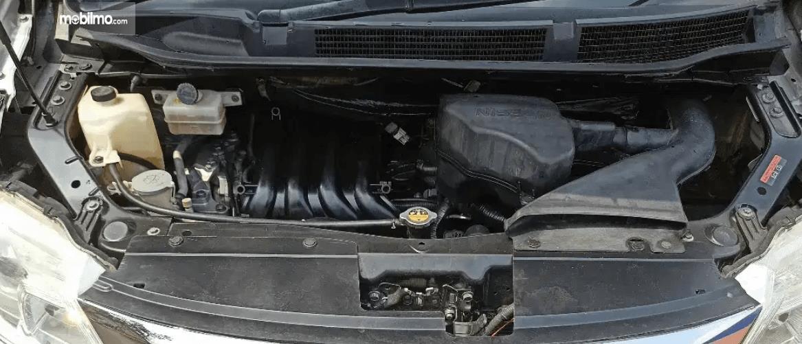 Gambar ini menunjukkan mesin mobil Nissan Serena Highway Star 2013