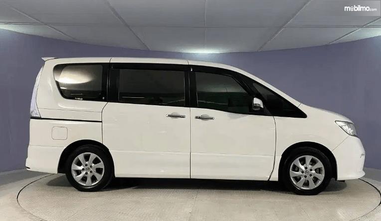 Gambar ini menunjukkan bagian samping Nissan Serena Highway Star 2013