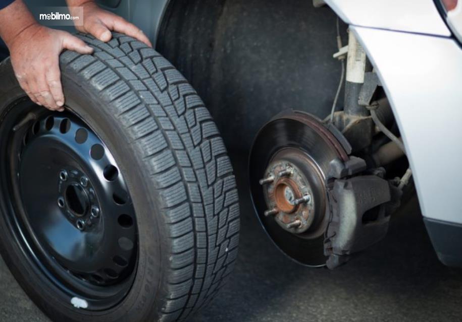 Gambar ini menunjukkan pelepasan roda mobil