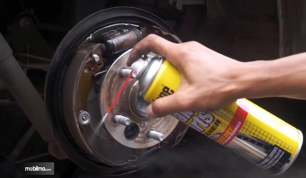 Gambar ini menunjukkan penyemprotan tromol mobil