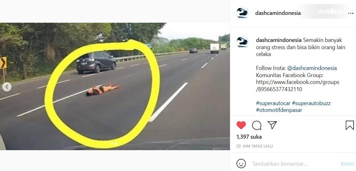 gambar ini menunjukkan orang berbaring di jalan tol