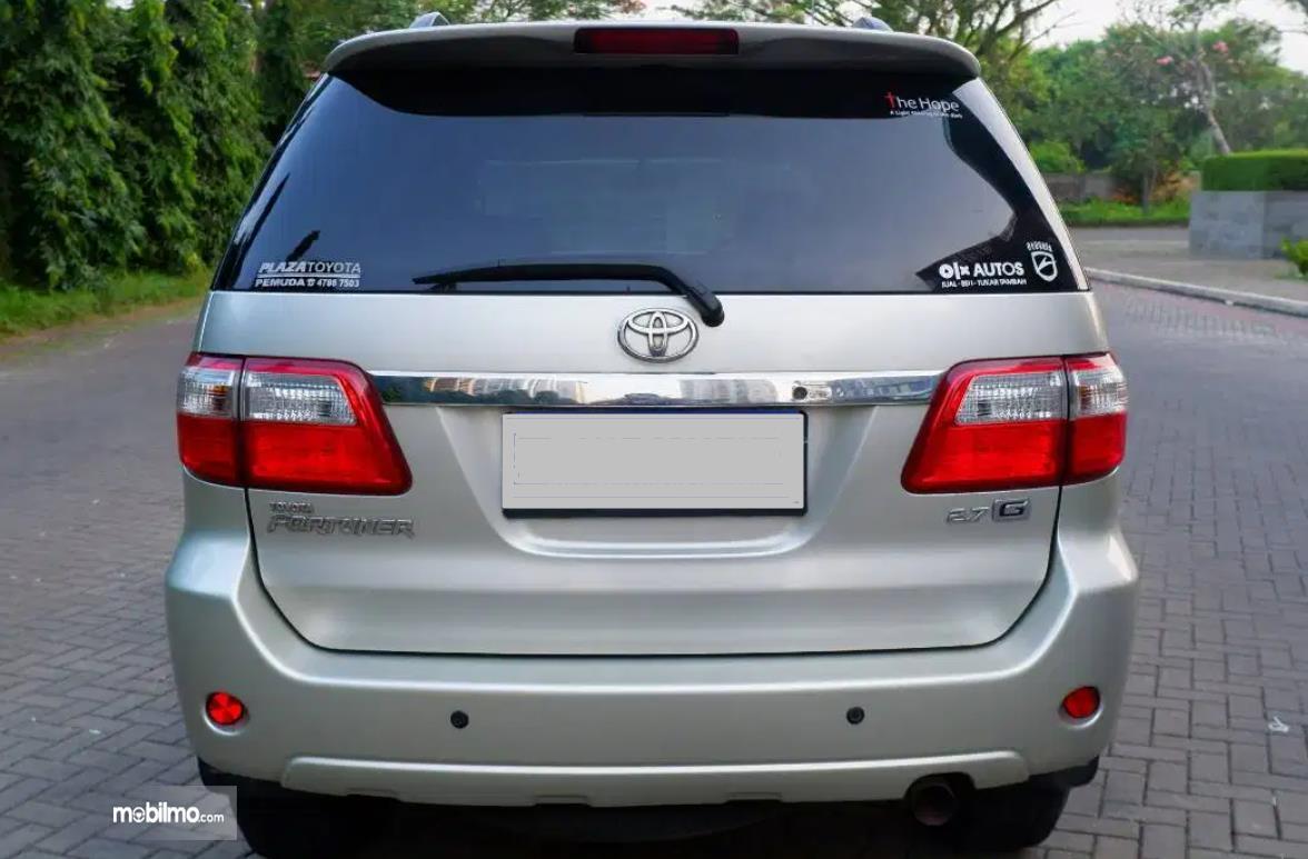 Gambar ini menunjukkan  bagian belakang mobil Toyota Fortuner 2.7 G Lux 2009